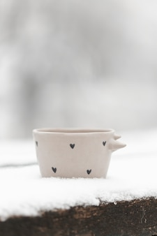 Gros plan tasse de thé à l'extérieur en hiver