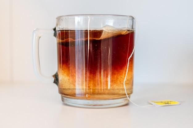 Gros plan d'une tasse de thé isolée
