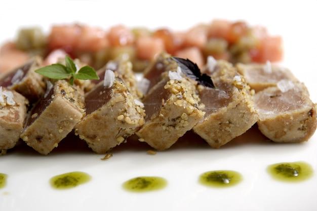 Gros plan de tataki de thon
