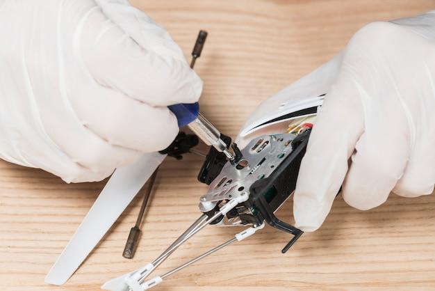 Gros plan, technicien, main, réparation, informatique, pièces