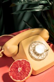 Gros plan d'un téléphone jaune vintage
