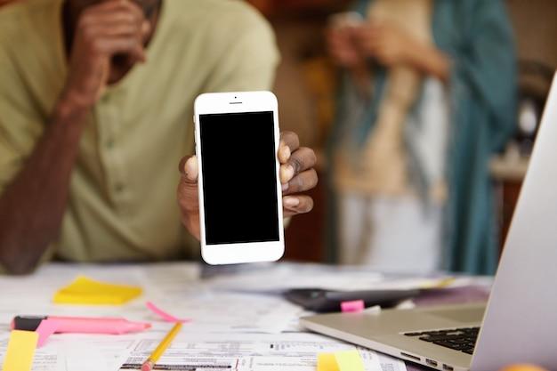 Gros plan d'un téléphone mobile blanc générique