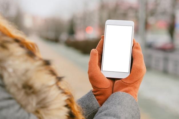 Gros Plan Sur Un Téléphone Mobile Vierge Tenu En Main Photo Premium