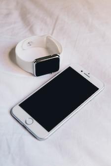 Gros plan, de, téléphone portable, et, smartwatch
