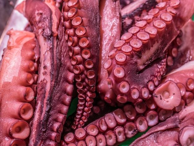 Gros plan des tentacules de poulpe rouge sur le marché des fruits de mer.