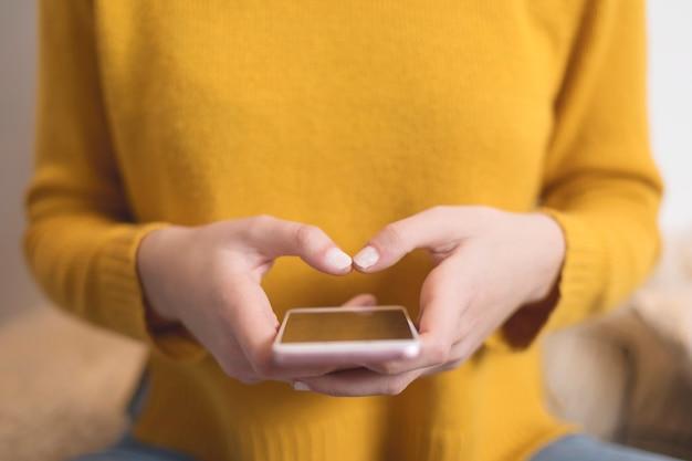 Gros plan de textos femme avec smartphone