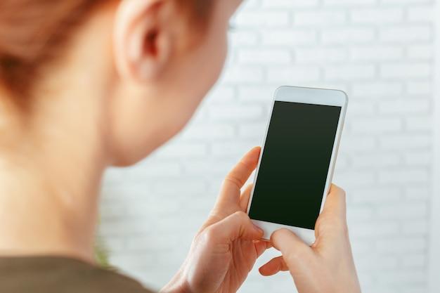 Gros plan de textos femme sur smartphone