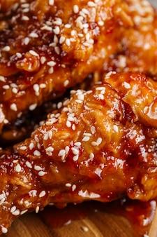 Gros plan sur la texture des ailes de poulet frit asiatique