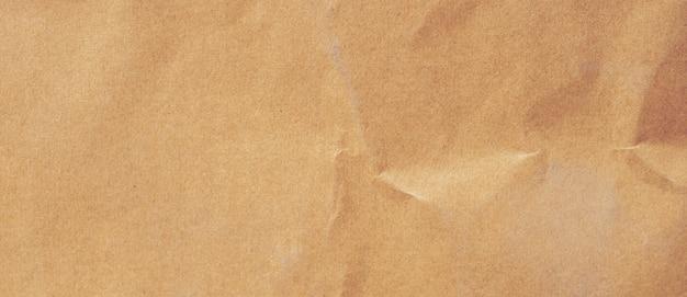 Gros plan sur la texture et l'arrière-plan du papier brun froissé avec espace de copie
