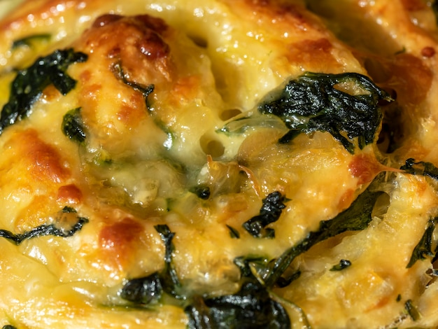 Gros plan sur la texture de la cuisson au fromage et aux épinards.