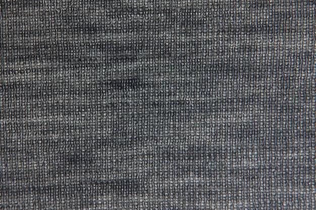Gros plan sur la texture de la fourrure en laine tricotée. pull gris en fil tissé moelleux en arrière-plan. photographie noir et blanc
