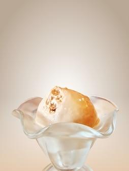 Gros plan, thé au lait, crème glacée, cuillère, dans, tasse, isolé, sur, brun