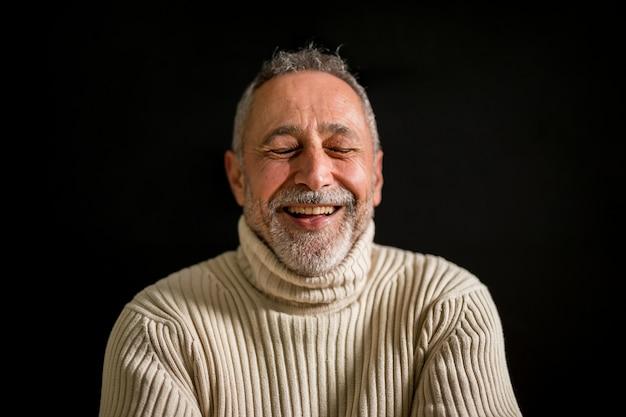 Gros plan tir vieux vieil homme en riant
