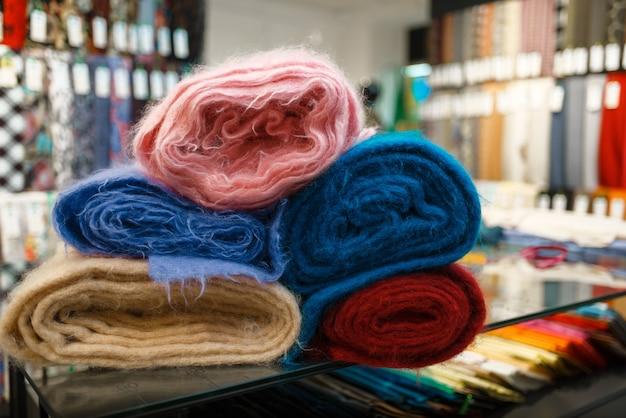 Gros plan de tissu coloré, magasin de textile, personne. étagère avec chiffon pour la couture