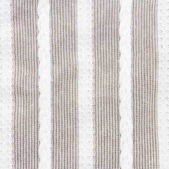 Gros plan de tissu à rayures grises et blanches, texture de la nappe