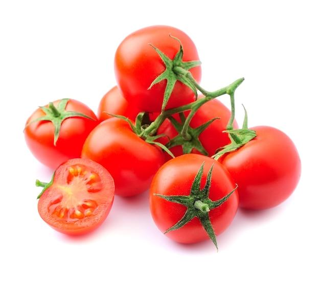 Gros plan de tomates mûres isolé sur blanc
