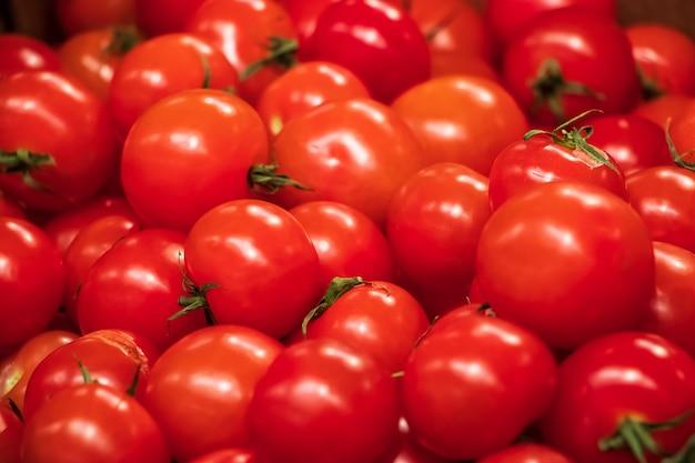 Gros plan de tomates rouges mûres. de délicieux légumes de la ferme pour une alimentation saine.