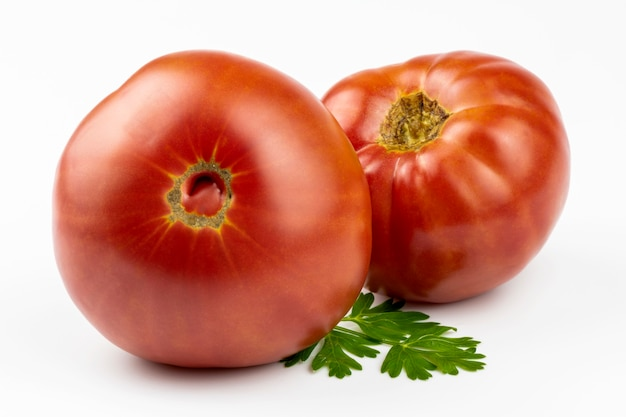 Gros plan de tomates salades fraîches et mûres isolé sur fond blanc.