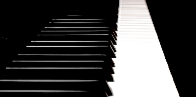 Gros plan des touches du piano.