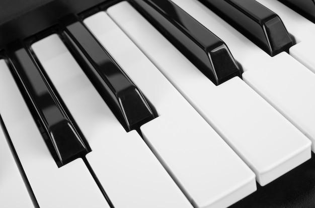 Gros plan sur les touches du piano
