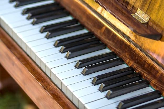 Gros plan, touches piano