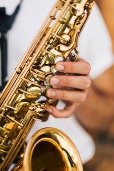 Gros plan des touches de saxophone