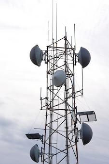 Gros plan d'une tour de communication