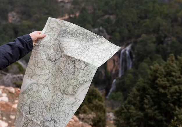 Gros plan touristique avec carte