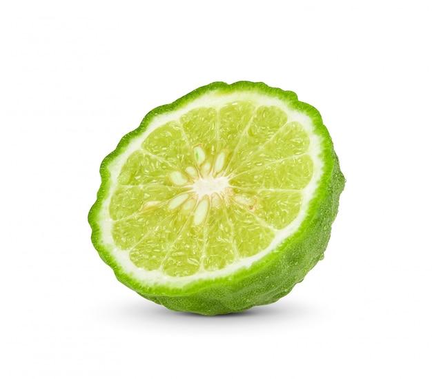 Gros plan d'une tranche de bergamote isolée
