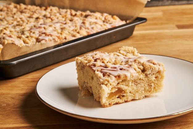 Gros plan d'une tranche d'une délicieuse tarte aux pommes sur une assiette sur une table en bois