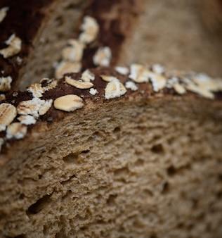 Gros plan d'une tranche de pain brun