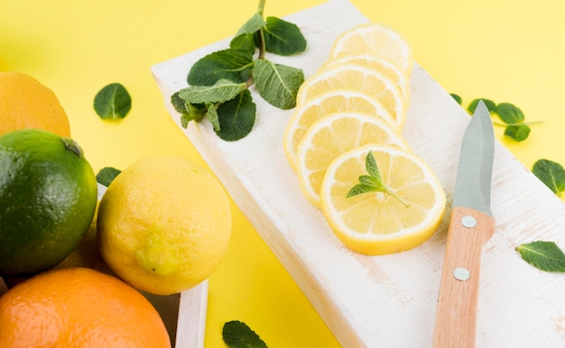 Gros plan des tranches de citron bio sur la table