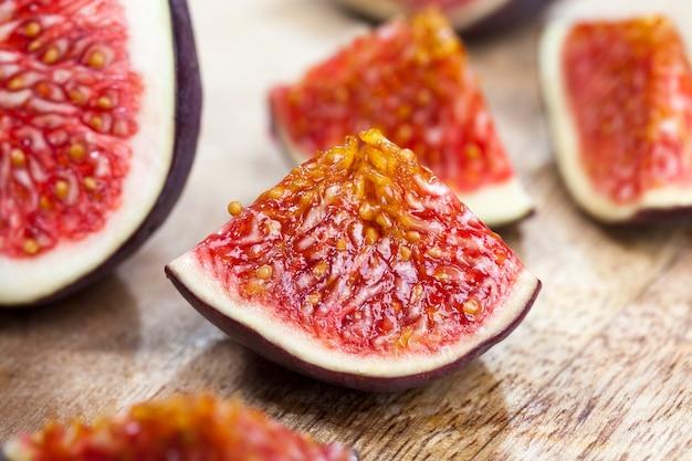Gros plan sur des tranches de fruits de figues mûres