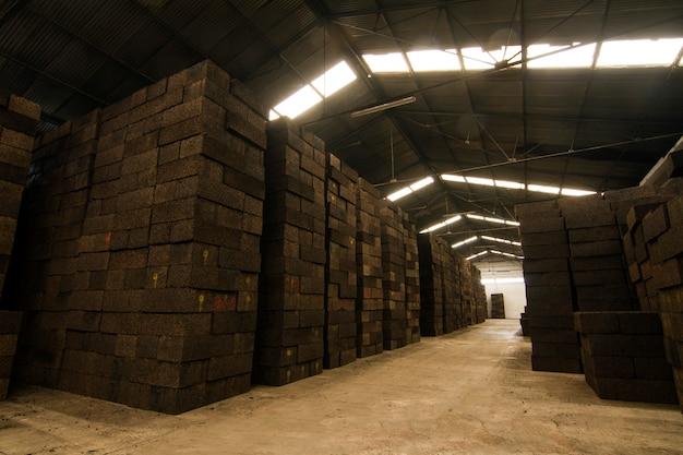 Gros plan sur la transformation du liège en blocs.