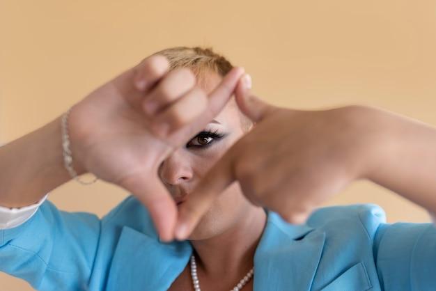 Gros plan transgenre posant avec du maquillage