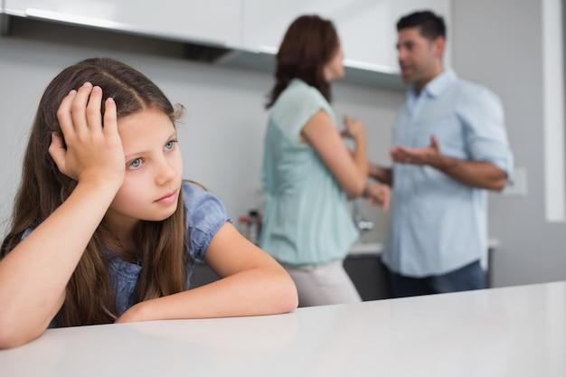 Gros plan, triste, fille, parents, querelles