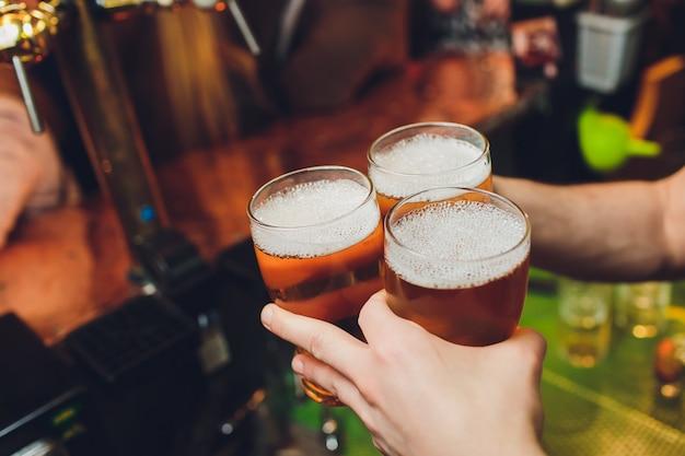 Gros plan, trois, verres bière, clinked
