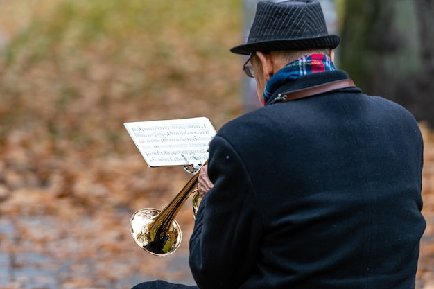Gros plan, trompette, joueur