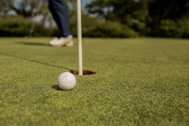 Gros plan d'un trou de golf. bali. indonésie.