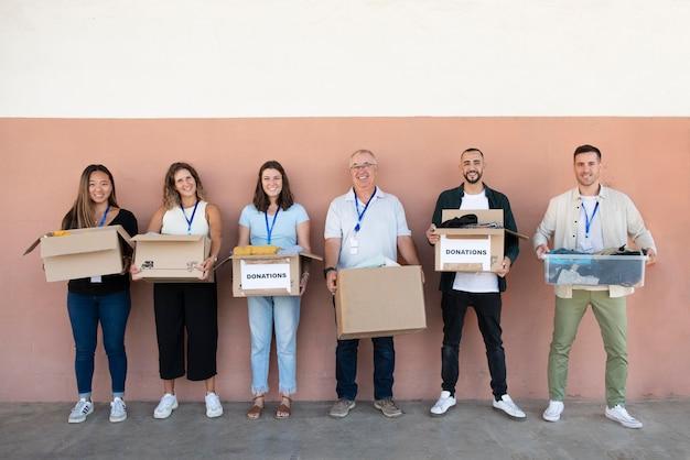 Gros plan sur des trucs d'organisation de bénévoles pour un don