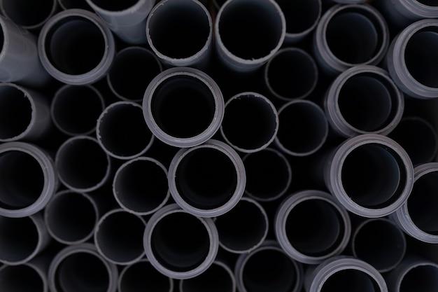 Gros plan des tuyaux de chlorure de polyvinyle noir