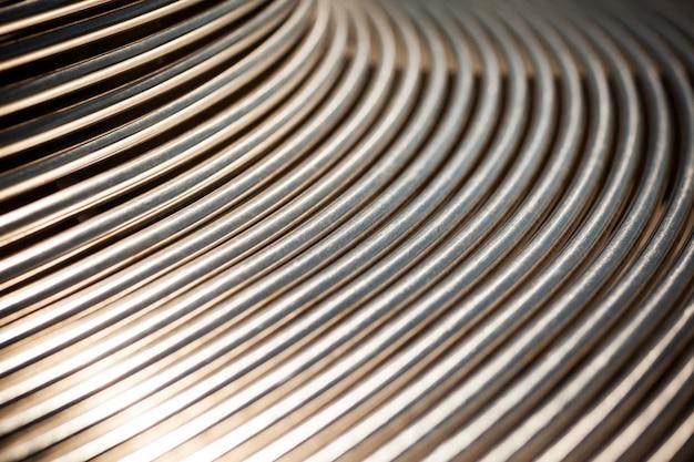 Gros plan des tuyaux métalliques disposés en parallèle