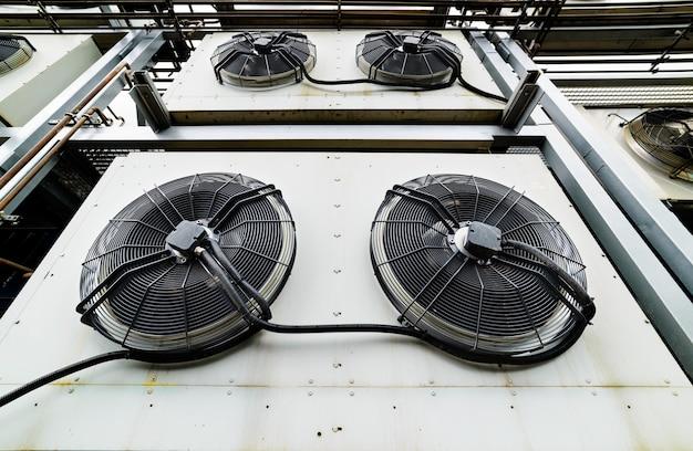 Gros plan sur les unités de climatisation industrielle de refroidissement. gros plan des fans.