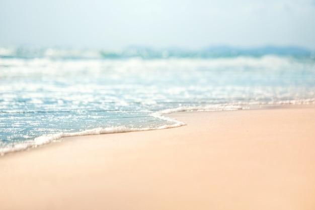 Gros plan vague douce de la mer sur la plage de sable.