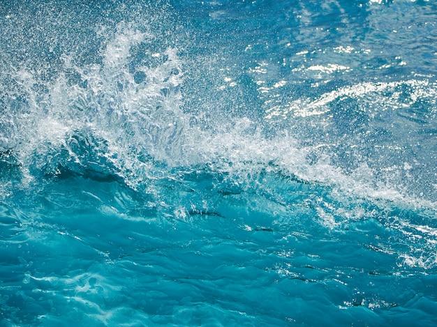 Gros plan de la vague turquoise de l'océan