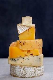 Gros plan variété de bon fromage