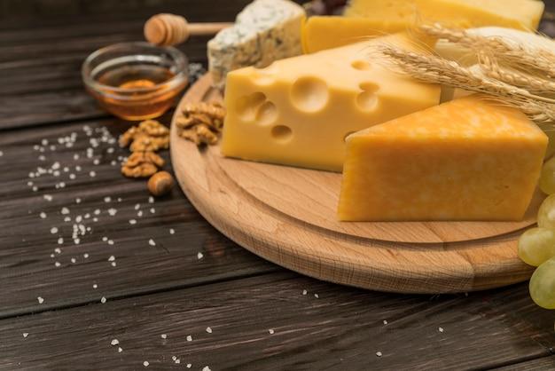 Gros plan, variété, fromage, morceaux, table