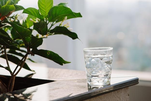 Gros plan verre d'eau sur fond nature table