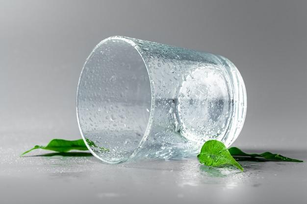 Gros plan d'un verre d'eau minérale