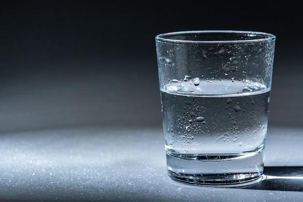 Gros plan d'un verre avec de l'eau minérale